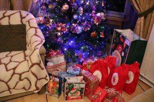 Weihnachtsgeschenke unterm Christbaum
