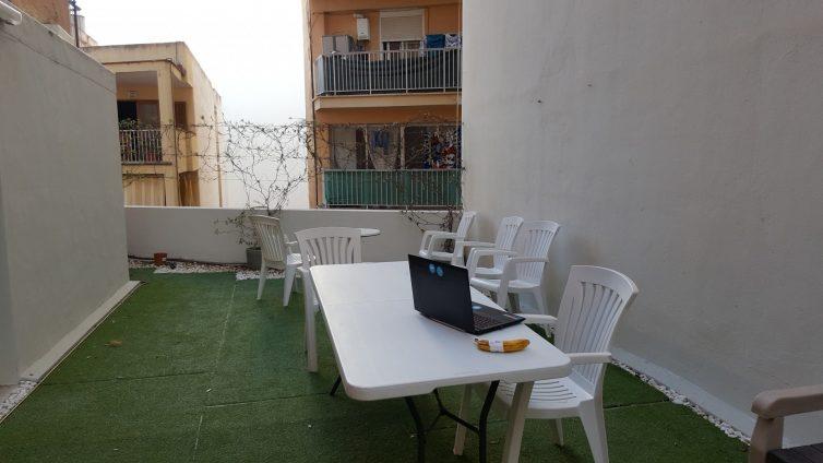 Arbeiten auf der Dachterasse des Coworking Spaces